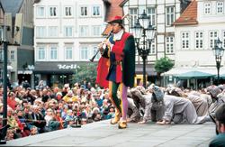 Der Rattenfänger führt die Nager aus der Stadt, Aufführung in Hameln