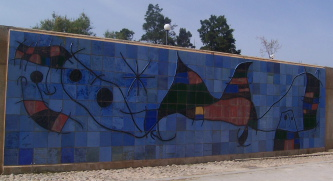 Wandbild von Joan Miró, Keramikwand,  Palma de Mallorca, 1983 / wikipedia.de